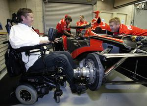 Sam Schmidt i samtal med team-kollegan Mike Sobeleski inför Indy500 2005. Arkivfoto: Tom Strattman, File, AP Photo.