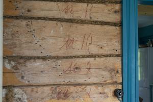 2006 behövde inget märkas upp, eftersom huset flyttades i sin helhet. Men de gamla märkningarna från den första gången det flyttades in till stan, på tidigt 1900-tal, finns kvar.