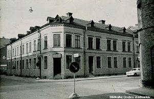 Minns du Café Hörnan i hörnet av Klostergatan och Fredsgatan i Örebro? Här på en bild från 1960-talet. Huset är sedan länge rivet, men i förgrunden till höger skymtar den röda tegelbyggnad där Folktandvården numera huserar på Klostergatan. Foto: Örebro stadsarkiv