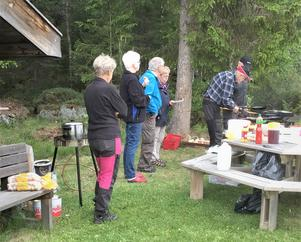 Kolbullar och varm korv tillreddes och serverades när SPF Gimådalen samlades till träff. Foto: Gertrud Sunding