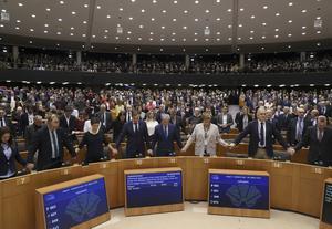 Brexitomröstningen i Europaparlamentet var avklarad på någon minut. Därefter stämde vi, en majoritet av ledamöterna från höger till vänster, upp i Auld Long Syne, skriver Karin Karlsbro. Foto: Yves Herman, TT.