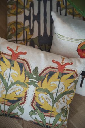 Mjuka textilier med mönster bidrar med värme i inredningen.