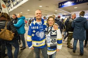 Inför hemmamatcherna i Leksand kommer Dennis Eriksson och Kristina Hjemli ofta uppemot en och en halv timme innan första nedsläpp.
