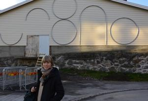 Konstnären Catrin Andersson med delar av det konstverk som hon skapat för utsidan av Ismagasinet. På bilden syns inte de lysande