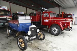 Ute vid flygfältet i Optand äger Curt en hangar där han förvarar gamla lastbilar samt en T-Ford.