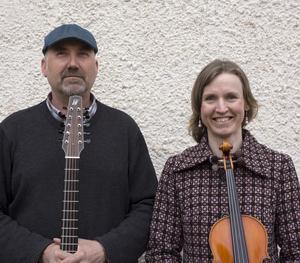 Duncan Strouts och Jennikel Andersson bjuder på irländsk folkmusik.