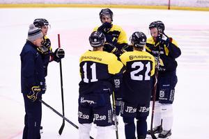 Delar av HV71:s trupp drar upp riktlinjerna på tisdagens isträning i Kinnarps Arena.