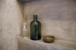 På hyllan kan man ställa dekorativa föremål eller schampo och tvål.