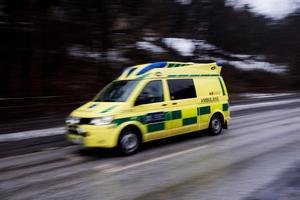 Björns mamma Maj-Britt har parkinson och ramlade så illa att hon kördes med ambulans till sjukhuset och lades in på ortopeden. Och då lämnades hennes demente man Rune ensam hemma i radhuset.