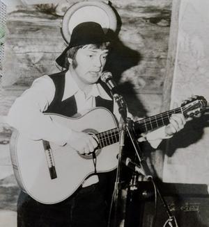 En bild på Stanley när han debuterade som trubadur för många år sedan. Slokhatten har funnit med sedan starten.