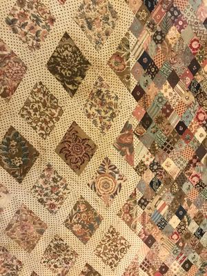 Kvinnor i borgerliga familjer förväntades handarbeta. Familjen Austens kvinnor sammanfogade 3000 tygbitar till detta lapptäcke.