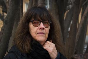Helene Rådberg läser poesi under Internationella kvinnodagen. Bild: Jan-Åke Eriksson