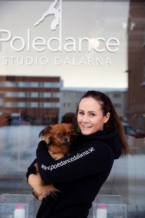 Jenny Hallkvist siktar på att komma topp tre i årets SM i poledance. Hennes hund Phoenix hänger gärna med när hon tränar.
