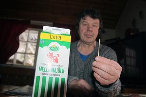 Leif Tikkinen i Lindesnäs blev minst sagt förvånad när han hällde upp mjölk ur den nyöppnade förpackningen.