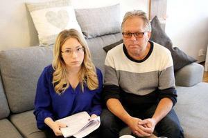 Arbetarbladet träffade Rose-Marie Wedin och hennes pappa Mats Byman tidigare i år. De berättade då om Maria Wedins sista tid i livet. I handen håller Rose-Marie mammans journaler.