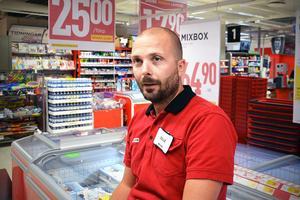 Olle Altin, butikschef Willys Ortviken Sundsvall, berättar att ligorna som stjäl varor är inne i butikerna i några få minuter och hinner under tiden att stjäla varor för tusentals kronor