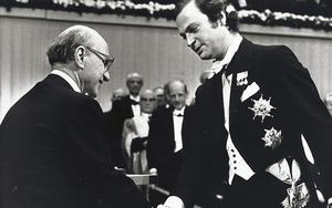 Ekonomiprofessorn Milton Friedman tog 1976 emot Sveriges Riksbanks pris i ekonomisk vetenskap till Alfred Nobels minne av Carl XVI Gustaf vid Nobelcermonin i Konserthuset.Foto Peter Knopp/TT
