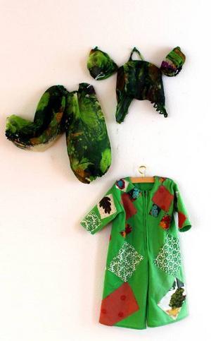 Kristina Torstensdotter ställer också ut dockkläder på Härke.