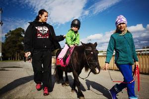 Ronja Jarefors, 3,5 år, testade på att rida ponny, som leddes Emma Fahlström, medan mamma Mirja Jarefors gick bredvid.