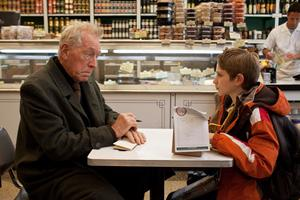 Max von Sydow spelar en stum inneboende. Han kommunicerar bara med block och penna.