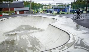 Den nya skate- och inlinesparken, Collini Plaza, har problem med att besökare negligerar förbudet mot cyklar och kickbikes.