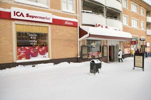 Snatteri och skadegörelse är ett par av de återkommande problemen hos Ica-butiken i centrala Söderhamn. Sedan i somras har något upprepade gånger gjort hål i köttförpackningar vilket förstört framförallt oxfilé för runt 11 000 kronor.