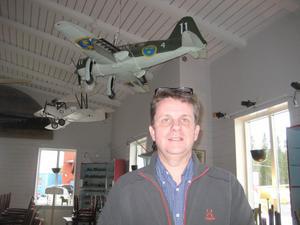 Pär Byenfeldt berättade om Hallvikens flygfält. Foto: Bengt Landervik