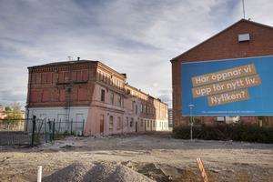 Sju olika byggföretag är inblandade i arbetet med att förvandla området kring gamla Läkerolfabriken till ett nytt bostadsområde på Brynäs.