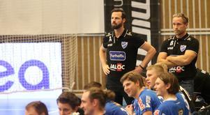 Tränare Henrik Signell och hans IFK Skövde får vänta drygt en månad på nästa match i Handbollsligan.