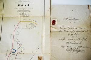 Genom gamla dokument har Illiana Anklew och Daniel Adelander lärt sig mer om husets  historia.