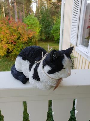 Katterna målas verklighetstroget och är beställningar för nu  levande katter eller  till minne av ett kärt husdjur.