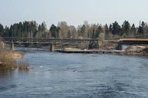 Arbetet med den nya järnvägsbron står still. Skanska utreder problem med ett av brostöden.