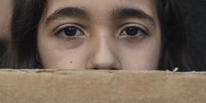 """För många flickor i världen pågår """"en ständig kamp för liv och död"""", skriver debattörerna. Foto: Giannis Papanikos/AP Photo"""