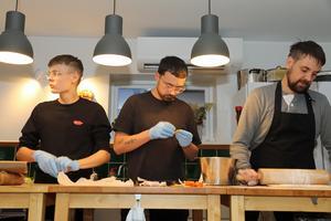 Max Genberg packar färdig pepparkaksdeg, Ludvig Iraeus gör apelsin- och saffranskola och Henrik Rönkkö jobbar med degen till de finska julstjärnorna.