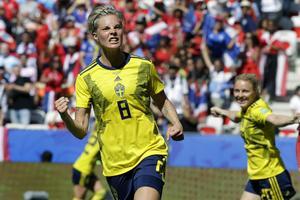 Avesta AIK-produkten Lina Hurtig jublar efter sitt mål i Sveriges 5–1-seger mot Thailand i söndags. Foto: AP