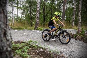 Oscar Furulind Töpfer flyger fram längs den nya cykelbanan uppe vid Fageråsen...