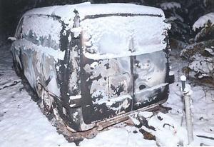 Den utbrända firmabilen som företagaren från Hallstahammar hittades död i förra året. Foto: Polisen