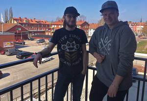 Alexander (tv) och Emil på Alexanders balkong som vetter ut mot parkeringen och centrum.