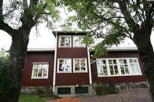 Alliansens bud när det gäller försäljningen av Singö skola låter som utpressning och bygger enbart på politikerföraktet, skriver Christer och Ulla-Maj Blomquist.