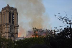 Stora skador ses på den eldhärjade katedralen. Foto: Julia Pietrzak Rådström