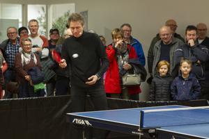 Hela lokalen var fylld med besökare som ville se legendaren Jörgen Persson spela bordtennis i Söderhamn.