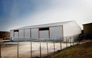 Sporthallen i Enviken tvingas hållas stängd i väntan på svar om vad det var som knakade i byggnaden under söndagen.