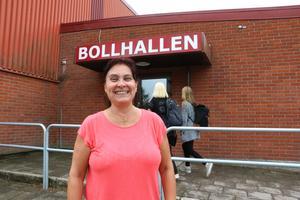 Diana Olsén (C) vill att bollhallen i Fjugesta byggs ut med läktare och en servering. Det är trångt om utrymme idag när det hålls större arrangemang.