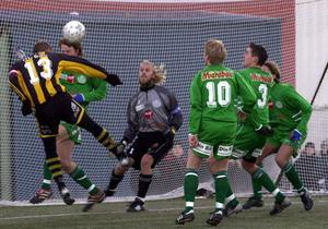Jerry Carlström nickar in målet som tog Friska Viljor till superettan. Bild: Peter Magnusson