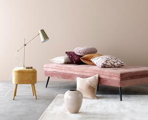 Trenden med mjuka färger på stoppade möbler, mattor och väggar håller i sig. Gärna rosa med inslag av gult.Foto: Ellos