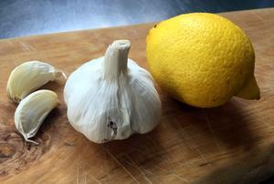 Mixa en halv citron och två vitlöksklyftor, och klunka i dig.