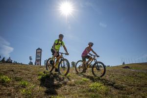 Camilla och Hans Lindgren från Göteborg testar mountainbikespåren på Lugnet i Falun. De är vana motionärer och räds inte värmen.