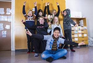 Klass 5 på Sörängs skola sträcker på sig lite extra efter gårdagens seger.
