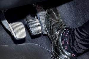 Skribenten anser att hemtjänstbilarnas förare borde lätta på gasen. Foto: Claudio Bresciani/TT