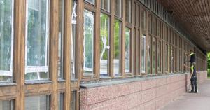 Ryds var på plats på fredagen och tejpade fönster på skolan.